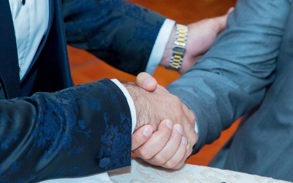 WEDDING MEN SHAKE HANDS